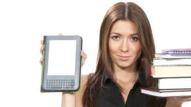 Frau hält in der einen Hand einen Stapel Bücher in der anderen ein ebook © Dmitry Lobanov , stock.adobe.com