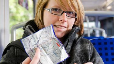 Junge Frau hält Fahrplan in der Hand © Florian Spieker, fotolia.com