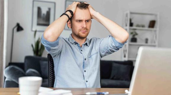 Junger Mann verschränkt seine Hände über dem Kopf und blickt auf seinen Laptop ©  Вадим Пастух, stock.adobe.com