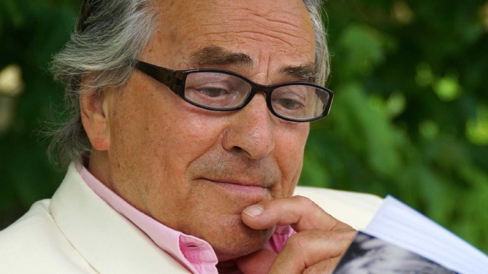 Älterer Mann liest in einem Buch © Matthias Stolt, stock.adobe.com