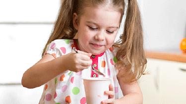 Kleines Mädchen isst genüsslich ein Joghurt. © Oksana Kuzmina, Fotolia