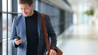 Junger Mann schaut auf sein Smartphone © Maridav, stock.adobe.com