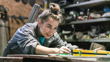 Junge Arbeitnehmerin in der Werkstatt © aerogondo , stock.adobe.com