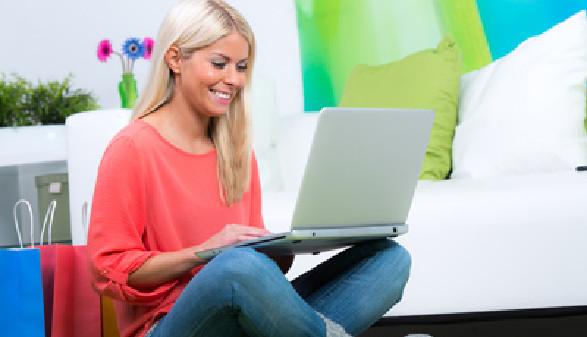Junge Frau mit Laptop © -, fotolia.com