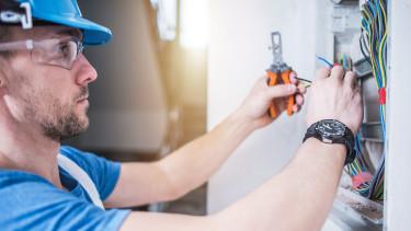 Elektriker bei der Arbeit © Tomaszzajda, stock.adobe.com