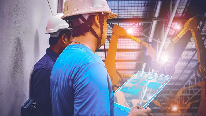 Digitalisierung  in der Betriebshalle © Kenstocker , stock.adobe.com