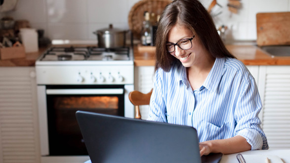 Frau arbeitet am Laptop zuhause © Marina Andrejchenko , stock.adobe.com