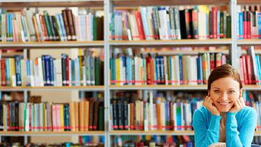 Frau sitzt in einer Bibliothek © pressmaster, Fotolia.com