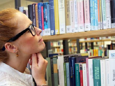 Frau stöbert in Bibliothek © Claudia Nagel, Fotolia