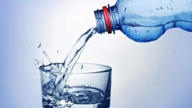 Ein Glas wird mit Wasser aus einer Plastikflasche befüllt. © kk-artworks, Fotolia.com