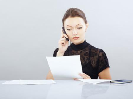 Frau telefoniert und hält ein Blatt in der Hand © Arman Zhenikeyev, Fotolia.com