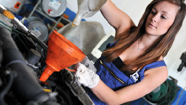 Mechanikerin arbeitet am Motor. © Jörn Buchheim, fotolia.com