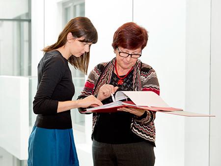 Beratungssituation mit Akte © Lisi Specht, AK Wien