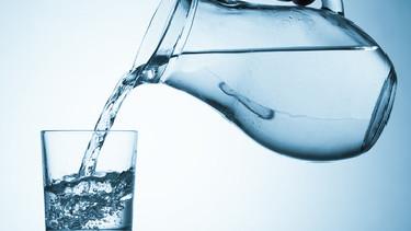 Hand füllt Wasser aus dem Wasserkrug in das Glas © luchshen, fotolia.com