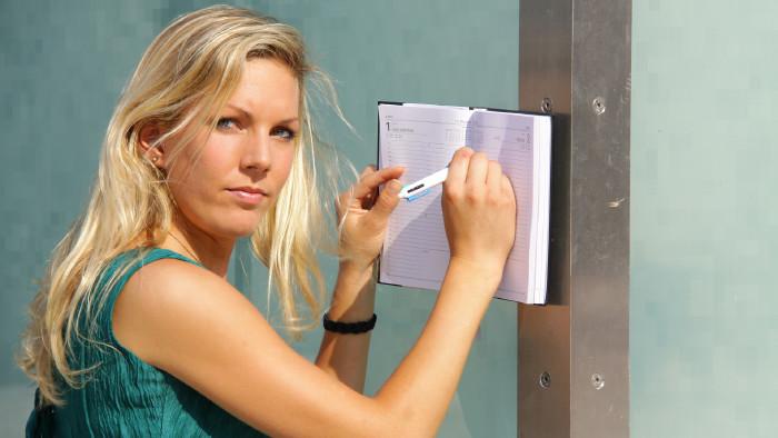 Junge Frau macht einen Eintrag im Kalenderbuch © wildworx , stock.adobe.com