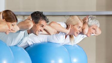 4 Männer und Frauen trainieren mit Gymnastikbällen © Robert Kneschke, fotolia.com