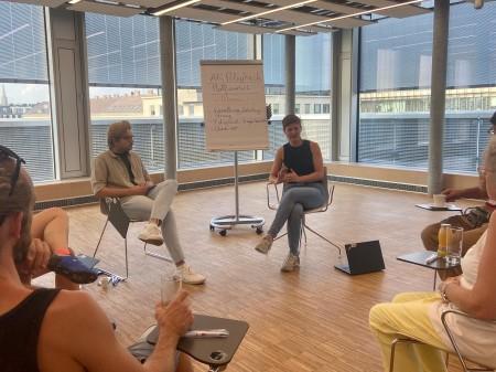 2 Mitglieder des Digi-Team diskutieren mit Plattformarbeiter*innen © AK Wien, AK Wien