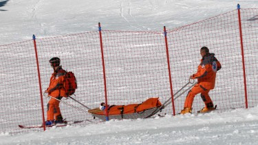 Verletzter Skifahrer wird mit einem Akia abtransportiert © Christian Fellini, stock.adobe.com