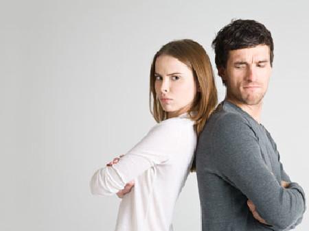 Mann und Frau stehen Rücken an Rücken © Robert Kneschke, Fotolia