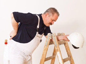Arbeiter mit Rückenschmerzen © Cello Armstrong, Fotolia.com