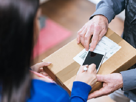 Frau erhält Paket vom Lieferanten © thodonal, stock.adobe.com