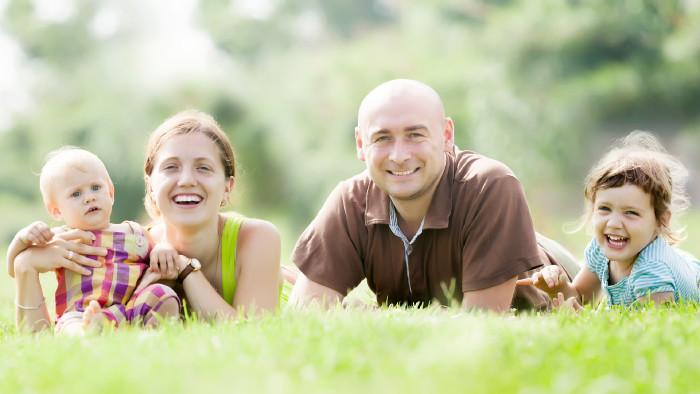 Familie liegt in Wiese © JackF, stock.adobe.com
