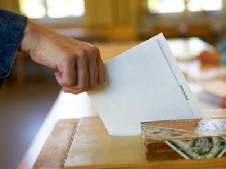 Stimmzettel wird abgegeben © Christian Schwier, Fotolia.com