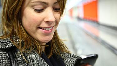 Frau blickt aufs Handy. © Benicce, fotolia.com