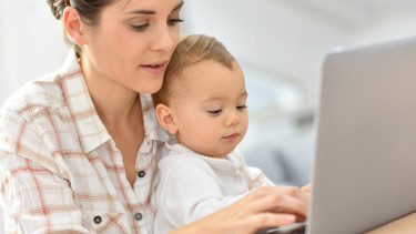 Mutter mit Kleinkind schreibt am Laptop © goodluz, Fotolia.com