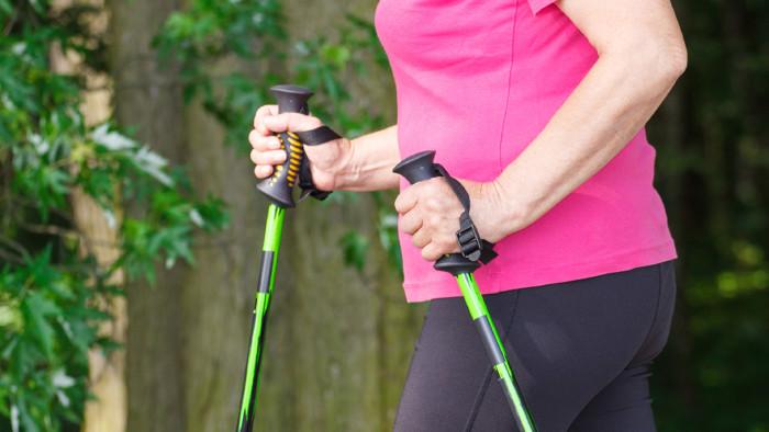 Frau mit Trekkingstöcke © Ratmaner, stock.adobe.com
