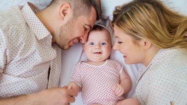 Ehepaar mit Baby © Studio Romantic , Fotolia.com