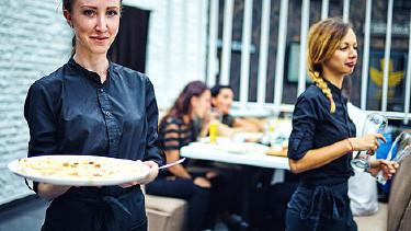 Kellnerin bei der Arbeit in einem Restaurant © 6okean, stock.adobe.com
