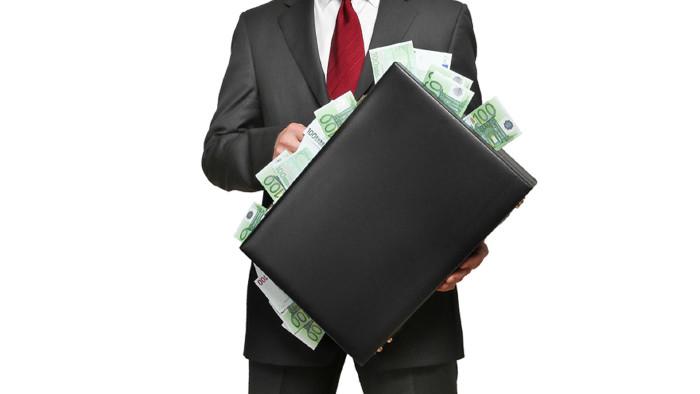 Mann mit Geldkoffer © Coloures-Pic, stock.adobe.com