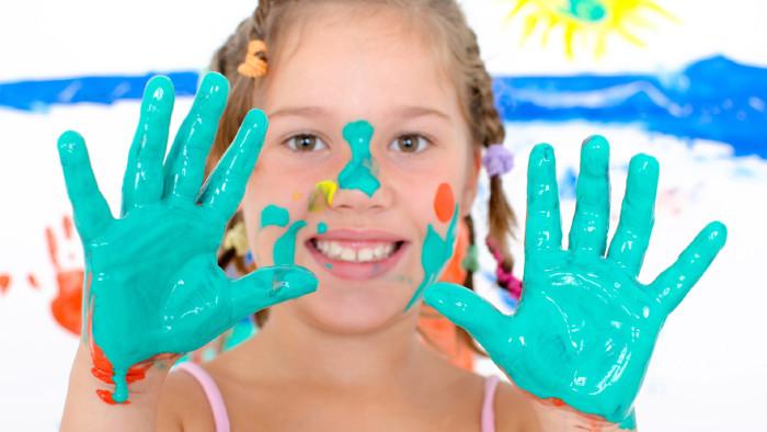 Kind mit Fingermalfarben © St-Fotograf, stock.adobe.com
