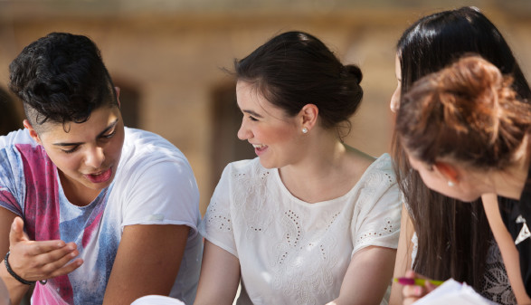 Schüler sitzen im Schulhof © Christian Schwier , stock.adobe.com