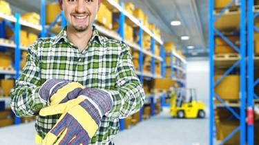 Arbeiter steht in einer Lagerhalle © tiero, fotolia.com