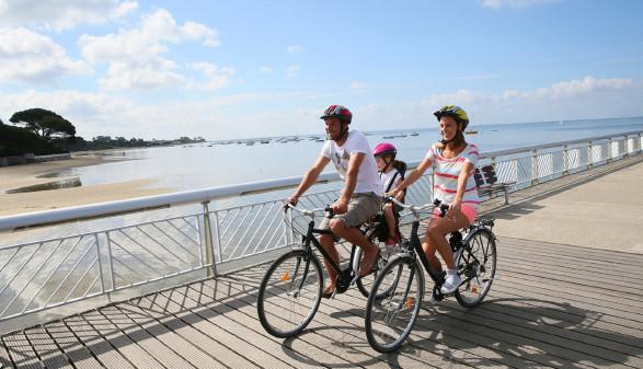Familie fährt mit Fahrrad © Goodluz, stock.adobe.com