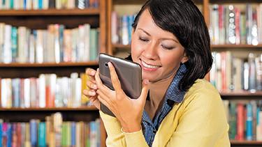 Frau liest auf einem E-Reader © Kzenon, fotolia.com