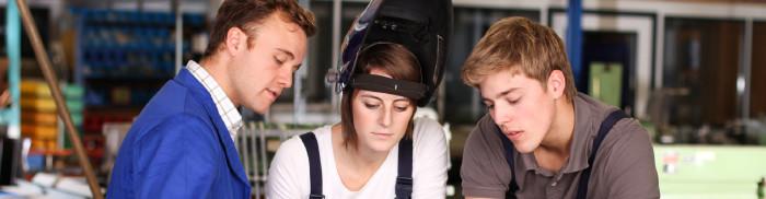 Arbeiter erklärt männlichem und weiblichem Lehrling die Arbeit © ehrenberg-bilder, stock.adobe.com