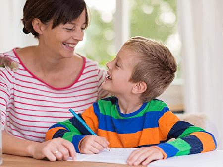 Mutter hilft kleinem Sohn bei der Hausübung © contrastwerkstatt, Fotolia.com