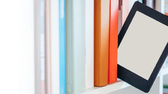 Man sieht die Hand eines Mannes, der gerade einen E-Book-Reader aus einem Bücherregal zieht. © Paolese, stock.adobe.com