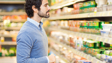 Junger Mann beim Einkaufen im Supermarkt © Minerva Studio, Fotolia