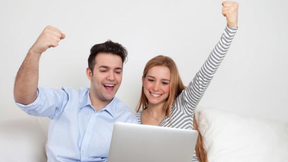 Junges Paar freut sich über Ersteigerung im Internet © Daniel Ernst, Fotolia.com