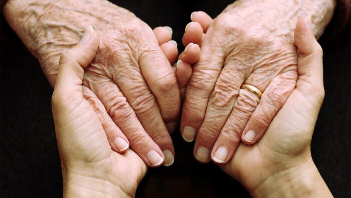 Jüngere Hand hält ältere Hand © micksoy, stock.adobe.com