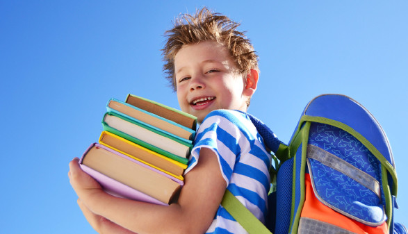 Schüler mit Schultasche © Natallia Vintsik, stock.adobe.com