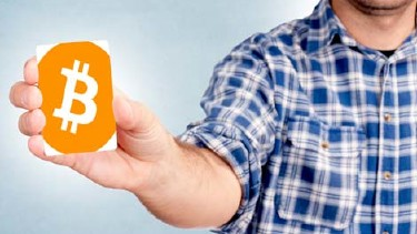 Mann hält Karte mit Bitcoin Symbol in der Hand © Family Business, stock.adobe.com