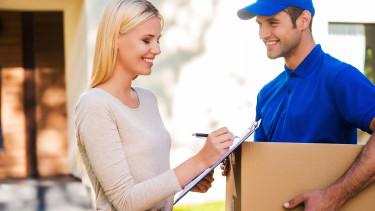 Frau nimmt Paket entgegen © gstockstudio , stock.adobe.com