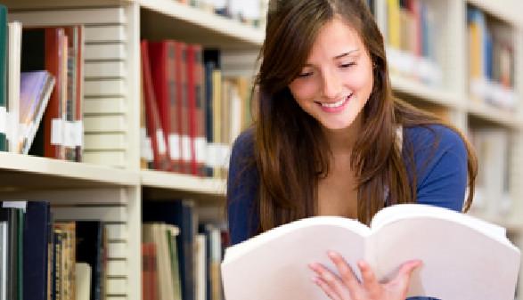 Studentin informiert sich in der Bibliothek © Andres Rodriguez, Fotolia