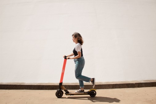 Frau mit Roller © Creative Christians