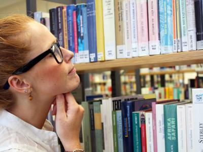 Frau stöbert in Bibliothek © Claudia Nagel/stock.adobe.com, AK Stmk